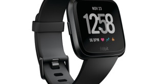 Product render of Fitbit Versa in 3 quarter alt view in classic black showing default clock