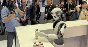 """""""إنفوس"""" تكشف عن الروبوت الذكيّ إكس آر 1 خلال المؤتمر العالمي للجوّال"""